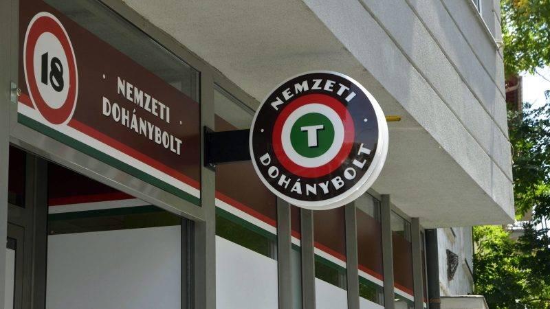 Szolnok, 2013. június 19. Nyitásra váró nemzeti dohánybolt a szolnoki Mészáros Lõrinc utcában 2013. június 19-én. A tulajdonos Somos Anikó vállalkozó 20 évre nyerte el a koncessziós jogot és vállalta 3 fõ - köztük egy megváltozott munkaképességû és egy regisztrált munkanélküli - foglalkoztatását. Eddig 4525 dohánytermék-kiskereskedelmi engedély iránti kérelem érkezett a Nemzeti Adó- és Vámhivatal (NAV) vám- és pénzügyõri igazgatóságaihoz, és 3021 engedélyt adtak ki. MTI Fotó: Mészáros János
