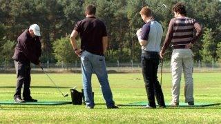 Vámospércs, 2008. szeptember 19.Andrew Alexander, a klub angol mestere oktatást tart. Hároméves előkészületek, tervezés, pályaépítés, füvesítés után Vámospércs határában megnyílt Kelet Magyarország első profi golf pályája. A Boya Eagles Golf és Country Club 61 hektáros területén 18 versenypálya és gyakorló terület épült.MTI Fotó: Oláh Tibor