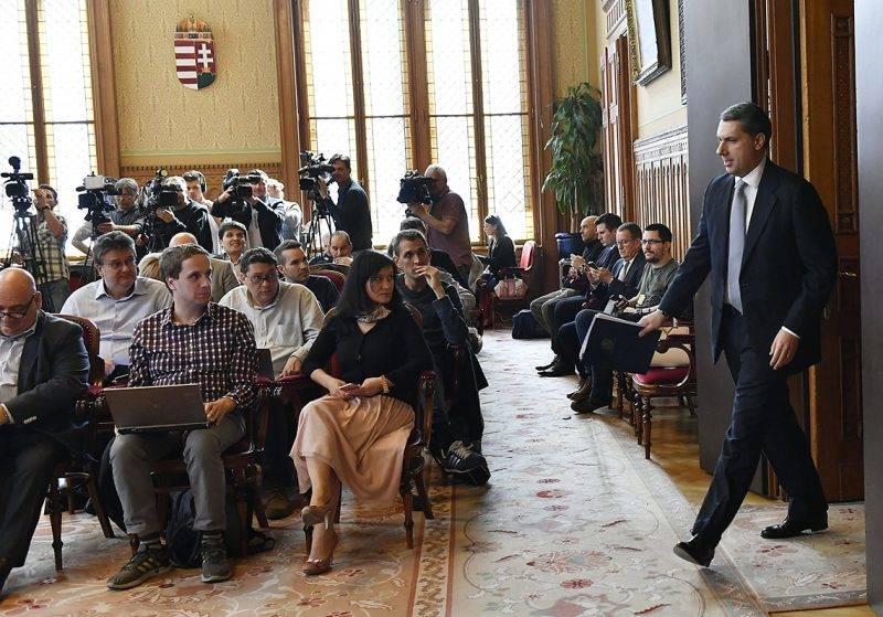 Budapest, 2017. április 6.Lázár János, a Miniszterelnökséget vezető miniszter érkezik szokásos heti sajtótájékoztatójára az Országházban 2017. április 6-án.MTI Fotó: Illyés Tibor