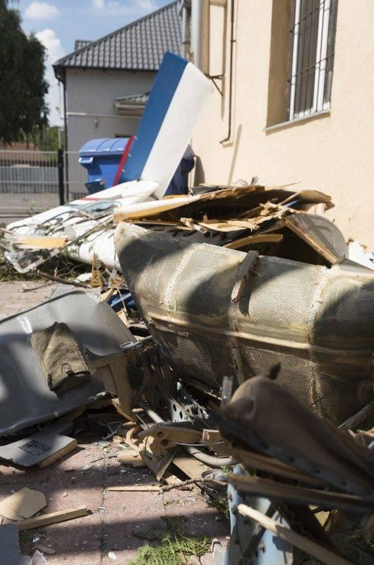 Nyíregyháza, 2017. május 20. Lezuhant vitorlázó repülõgép roncsai egy több cégnek otthont adó telephely udvarán Nyíregyházán, a Rákóczi utcában 2017. május 20-án. A pilóta a helyszínen meghalt. MTI Fotó: Balázs Attila