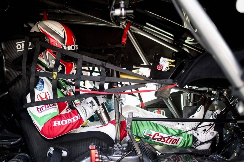 Mogyoród, 2017. május 14. A 15. helyen végzett Michelisz Norbert, a Honda pilótája autójában a túraautó-világbajnokság (WTCC) nyitófutama elõtt a mogyoródi Hungaroringen 2017. május 14-én. A magyar versenyzõ autója sérülése miatt ötkörös hátrányban a 15., utolsó elõtti pozícióban zárta a versenyt. MTI Fotó: Marjai János