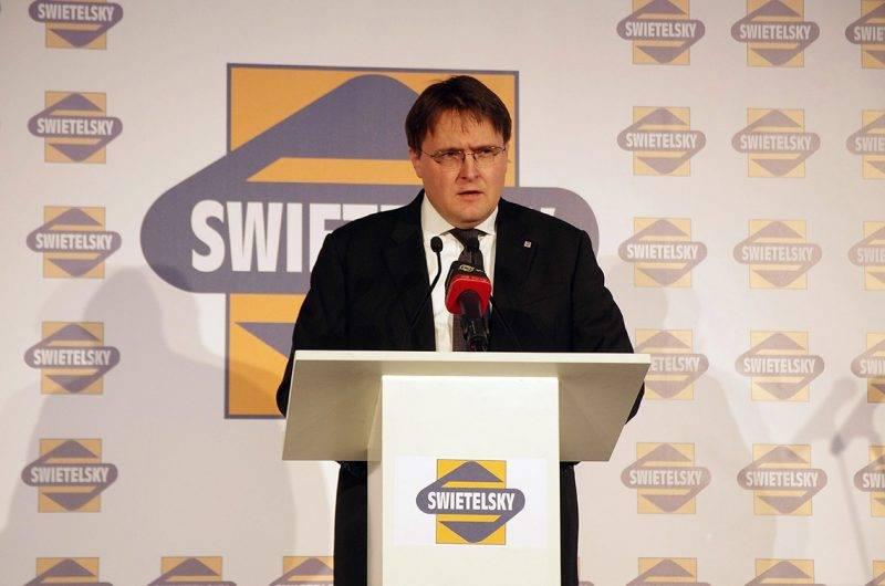 Celldömölk, 2014. november 28.Homlok Zsolt, a Swietelsky Vasúttechnikai Kft. ügyvezető igazgatója beszédet mond a cég csarnokátadó ünnepségén Celldömölkön november 28-án. A kft. több mint a duplájára bővítette a vasútépítés során műszaki háttérbázisként szolgáló celldömölki üzemcsarnokát.MTI Fotó: Büki László