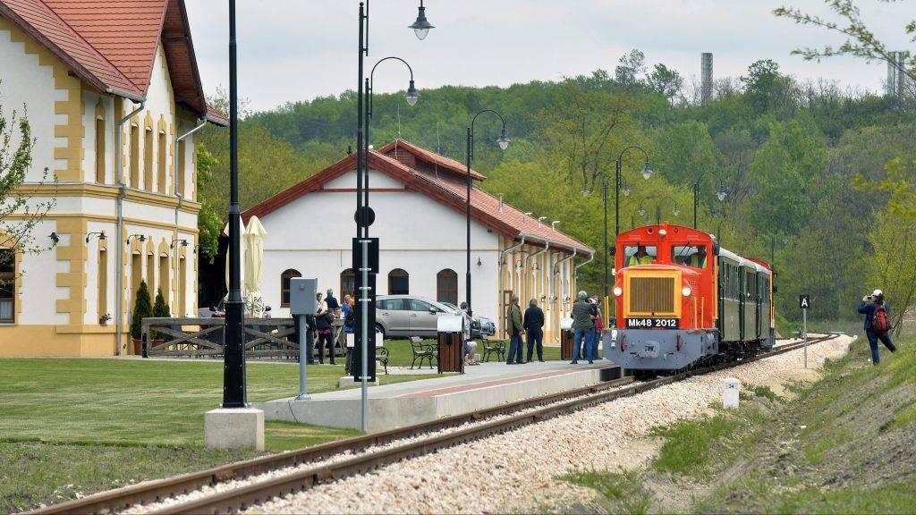 Felcsút, 2016. május 1.Mk48-as sorozatú dízelmozdonyok által vontatott személyvonat érkezik az egykori Alcsút-Felcsút, ma Felcsút vasútállomásra a Vál-völgyi kisvasút elsõ üzemnapján 2016. május 1-jén.MTI Fotó: Máthé Zoltán