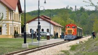 Felcsút, 2016. május 1. Mk48-as sorozatú dízelmozdonyok által vontatott személyvonat érkezik az egykori Alcsút-Felcsút, ma Felcsút vasútállomásra a Vál-völgyi kisvasút elsõ üzemnapján 2016. május 1-jén. MTI Fotó: Máthé Zoltán