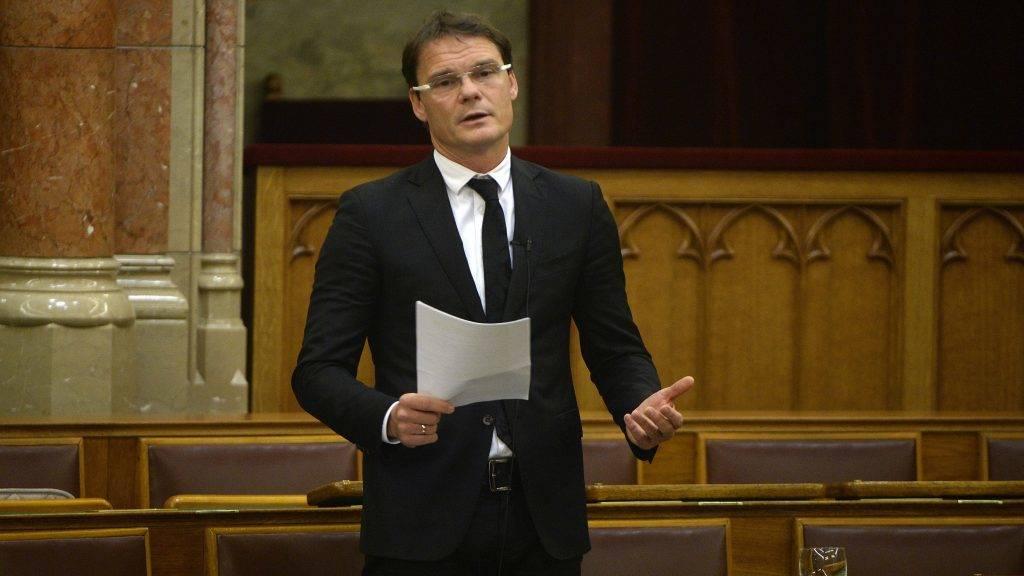 Budapest, 2014. december 3. Bánki Erik fideszes képviselõ felszólal a Magyarországról történõ elvándorlás okairól és a folyamat megállításának lehetséges megoldásáról ellenzéki kezdeményezésre tartott parlamenti vitanapon az Országgyûlés plenáris ülésén 2014. december 3-án. MTI Fotó: Bruzák Noémi