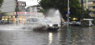 Budapest, 2017. május 23. Egy személygépkocsi közlekedik a XIII. kerületi Béke téren 2017. május 23-án. A fõvárosra is lecsapó vihar, a lezúduló nagy mennyiségû csapadék a város számos pontján okozott gondot, a II. és a III. kerületben is több utcát és utat elöntött a víz. MTI Fotó: Bruzák Noémi