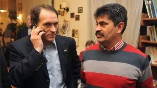 Budapest, 2009. január 25.Bácskai János, a Fidesz-KDNP jelöltje telefonál a IX. kerületi Fidesz irodán, miután a 12. számú országgyűlési egyéni választókerületben megtartották az időközi választások második fordulóját. A választást azért kellett kiírni, mert 2008 szeptemberében az SZDSZ-ből kilépett Gegesy Ferenc lemondott parlamenti mandátumáról. Az első fordulóban hat jelölt indult, de az eredménytelen volt, mert akkor nem jelent meg az urnák előtt a választásra jogosultak 50 százaléka. Jobbra Varga József országgyűlési képviselő.MTI Fotó: Soós Lajos