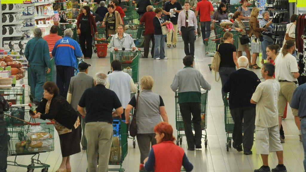 Törökbálint, 2012. szeptember 28. Az elsõ vásárlók az utolsó volt Cora, az Auchan Törökbálint áruház avatásán 2012. szeptember 28-án. Az Auchan csoport idén tavasszal vásárolta fel a magyarországi Cora áruházakat. MTI Fotó: Soós Lajos