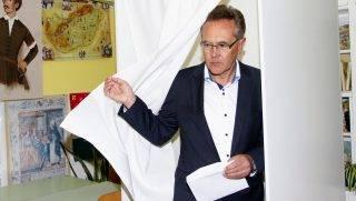 Miskolc, 2014. október 12. Pásztor Albert független polgármesterjelölt szavaz a Szent Ferenc Általános Iskolában, a miskolci 159. számú szavazókörben az önkormányzati választáson 2014. október 12-én. MTI Fotó: Vajda János