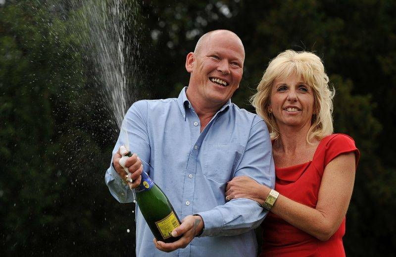 Dave (R) and Angela Dawes celebrate after winning £101,203,600.70 (116,358,659.69 euros) on the Euro Millions Lottery in Bishop's Stortford, Hertfordshire, on October 11, 2011.  AFP PHOTO / BEN STANSALL / AFP PHOTO / BEN STANSALL