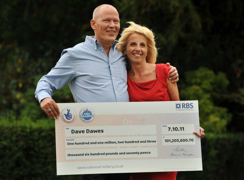 Dave and Angela Dawes celebrate after winning £101,203,600.70 (116,358,659.69 euros) on the Euro Millions Lottery in Bishop's Stortford, Hertfordshire, on October 11, 2011. AFP PHOTO / BEN STANSALL / AFP PHOTO / BEN STANSALL