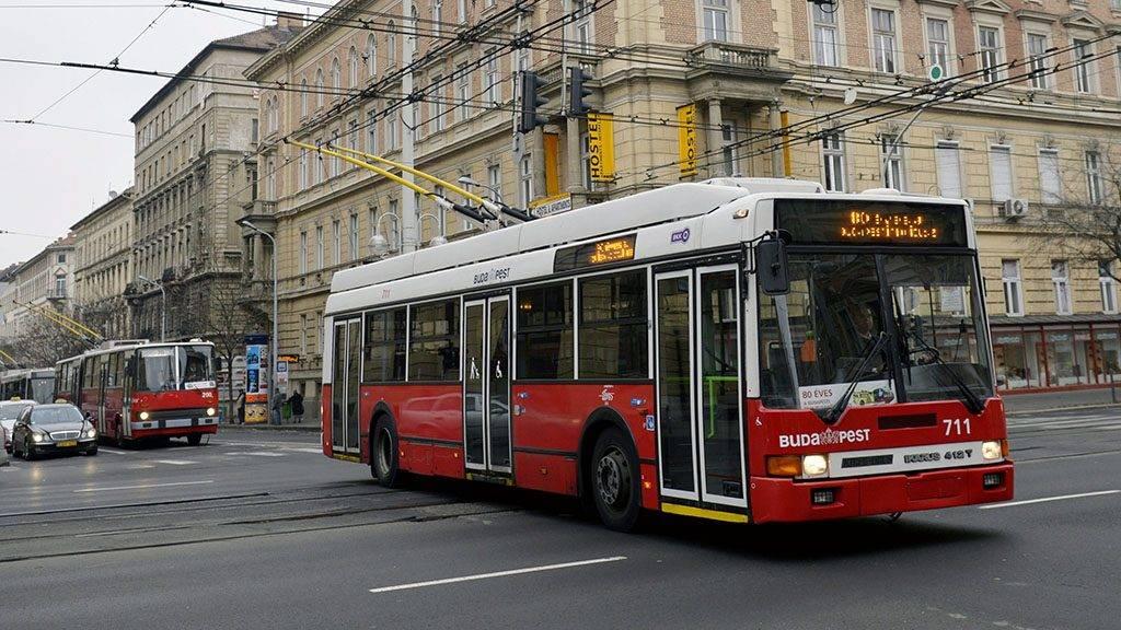 Budapest, 2013. december 15.A BKV ünnepi trolibusz-konvoja halad át a Podmaniczky utca és a Teréz körút kereszteződésében 2013. december 15-én. Nyolcvan éve, 1933. december 16-án indult el az első troli Budapesten.MTI Fotó: Beliczay László