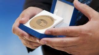 Dunaszerdahely, 2016. szeptember 30.Bárdos Gyula, a Csemadok országos elnöke kezében a Csemadoknak odaítélt Európai polgári díj az átadáson a dunaszerdahelyi Vermes-villában 2016. szeptember 30-án.MTI Fotó: Krizsán Csaba
