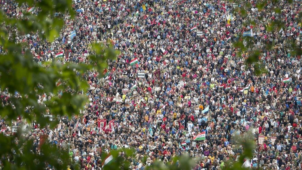 Csíksomlyó, 2016. május 14. Zarándokok a Kis- és Nagysomlyó-hegy közötti nyeregben, a csíksomlyói búcsú szentmiséjének helyszínén 2016. május 14-én. MTI Fotó: Mohai Balázs