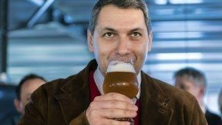 Csíkszentsimon, 2017. március 24. Lázár János Miniszterelnökséget vezetõ miniszter sört kóstol az Igazi Csíki Sört gyártó csíkszentsimoni sörfõzdében 2017. március 24-én. Az Igazi Csíki Sör betiltásáról hozott január végi ítélet óta a sörfõzde Tiltott Igazi Sör néven gyártja a sört. MTI Fotó: Veres Nándor
