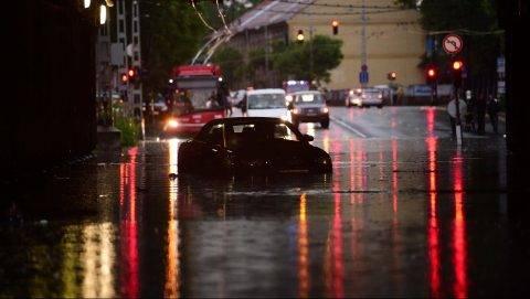 Budapest, 2017. május 23. Elakadt személyautó az esõvízzel elöntött Vágány utcai vasúti felüljáró alatt, a VI. kerületi Podmaniczky és a Dózsa György út keresztezõdésénél 2017. május 23-án. A fõvárosra is lecsapó vihar, a lezúduló nagy mennyiségû csapadék a város számos pontján okozott gondot, a II. és a III. kerületben is több utcát és utat elöntött a víz.  MTI Fotó: Balogh Zoltán