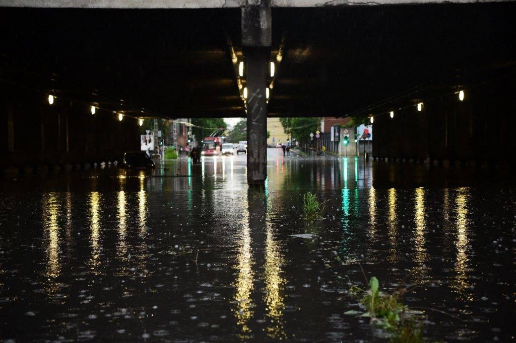 Budapest, 2017. május 23. Esõvízzel elöntött Vágány utcai vasúti felüljáró, a VI. kerületi Podmaniczky és a Dózsa György út keresztezõdésénél 2017. május 23-án. A fõvárosra is lecsapó vihar, a lezúduló nagy mennyiségû csapadék a város számos pontján okozott gondot, a II. és a III. kerületben is több utcát és utat elöntött a víz.  MTI Fotó: Balogh Zoltán