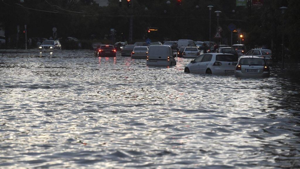 Budapest, 2017. május 23. Személyautók a XIII. kerületi Béke téren 2017. május 23-án. A fõvárosra is lecsapó vihar, a lezúduló nagy mennyiségû csapadék a város számos pontján okozott gondot, a II. és a III. kerületben is több utcát és utat elöntött a víz. MTI Fotó: Bruzák Noémi