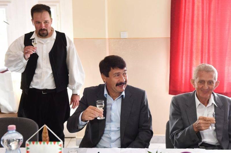 Rozsály, 2017. május 30. Sztolyka Zoltán helyi polgármester, Áder János köztársasági elnök és Gombos Miklós nyugalmazott iskolaigazgató (b-j) a rozsályi önfenntartó település gazdálkodását bemutató beszélgetésen a falu mûvelõdési házában 2017. május 30-án. Az államfõ látogatásának célja, hogy jelenlétével felhívja a figyelmet a rozsályi önfenntartó faluprogramra és kifejezze elismerését a település dolgos közösségének. MTI Fotó: Balázs Attila