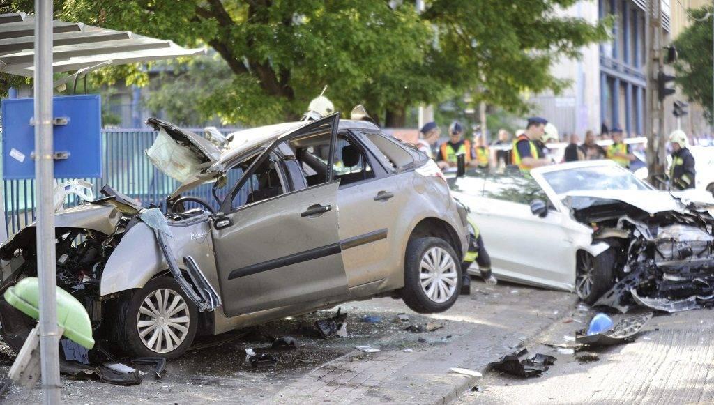 Budapest, 2017. május 15. Összeroncsolódott személyautók egy buszmegállóban a fõvárosi Dózsa György út és Kassák Lajos utca keresztezõdésében 2017. május 15-én. A két karambolozó autó egyike a buszmegállóba csapódott, egy ember meghalt, kettõ súlyos, életveszélyes sérüléseket szenvedett. A balesetben összesen hatan sérültek meg, az egyik roncsból két embert kellett kivágniuk a tûzoltóknak. MTI Fotó: Mihádák Zoltán