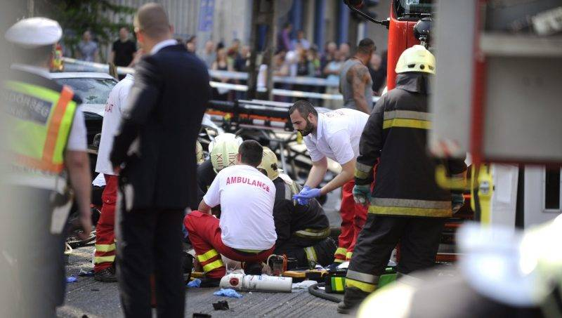 Budapest, 2017. május 15. Mentõk ápolják a fõvárosi Dózsa György út és Kassák Lajos utca keresztezõdésében, egy buszmegállónál történt közúti baleset egyik sérültjét 2017. május 15-én. Két karambolozó autó egyike a buszmegállóba csapódott, egy ember meghalt, kettõ súlyos, életveszélyes sérüléseket szenvedett. A balesetben összesen hatan sérültek meg, az egyik roncsból két embert kellett kivágniuk a tûzoltóknak. MTI Fotó: Mihádák Zoltán