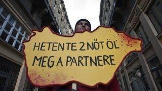 Budapest, 2011. november 26.Transzparenst tartó résztvevő az Anker közben. Néma tanú bábukkal, a nők elleni erőszak szimbólumaival vonultak civilszervezetek tagjai a 16 akciónap a nők elleni erőszak ellen elnevezésű rendezvénysorozat figyelemfelhívó és megemlékező felvonulásán, az Anker Klubból a Liszt Ferenc térre. Az Európa Tanács adatai szerint Európában naponta minden ötödik nő szenved el erőszakot.MTI Fotó: Szigetváry Zsolt