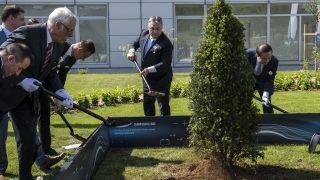 Göd, 2017. május 29. Orbán Viktor miniszterelnök (k) és Dzsun Jong Hjun, a Samsung SDI vezérigazgatója (j) fát ültet a Samsung SDI gödi elektromos jármû akkumulátor gyárának megnyitó ünnepségén 2017. május 29-én. Balra Szijjártó Péter külgazdasági és külügyminiszter (b4). MTI Fotó: Szigetváry Zsolt