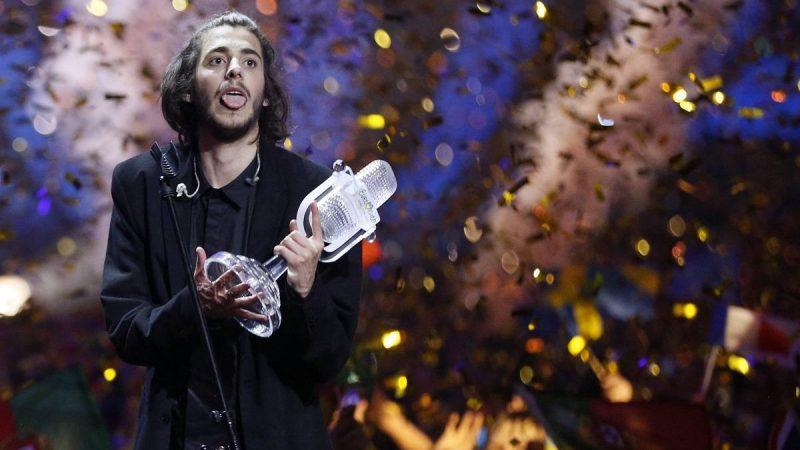 Kijev, 2017. május 14. A portugál Salvador Sobral ünnepel, miután megnyerte a 62. Eurovíziós Dalfesztivált a kijevi Nemzetközi Kiállítási Központban 2017. május 13-án. (MTI/EPA/Szerhij Dolzsenko)