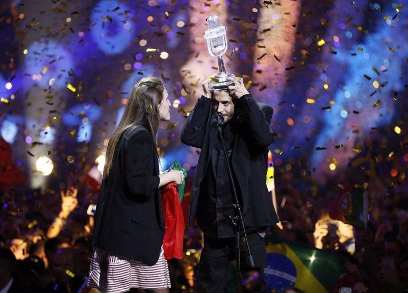 Kijev, 2017. május 14. A portugál Salvador Sobral (j) ünnepel testvérével, miután megnyerte a 62. Eurovíziós Dalfesztivált a kijevi Nemzetközi Kiállítási Központban 2017. május 13-án. (MTI/EPA/Szerhij Dolzsenko)