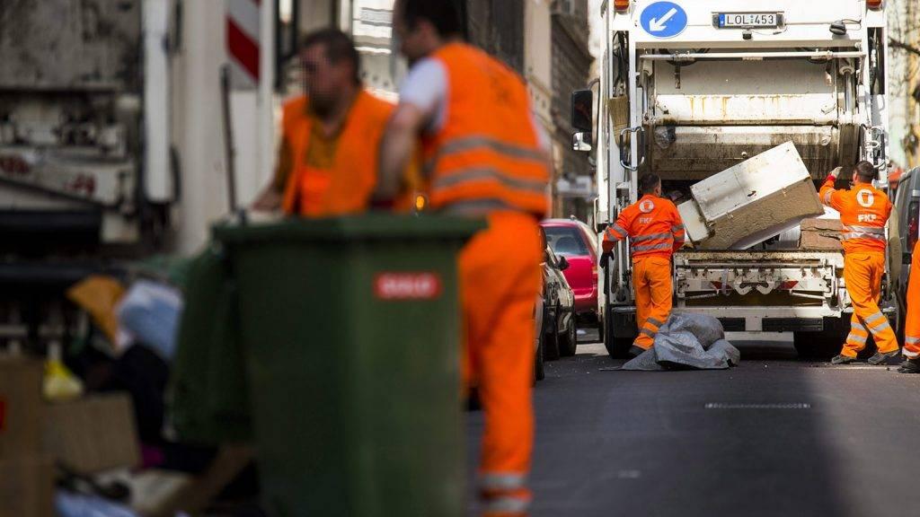 Budapest, 2015. március 26.A Fővárosi Közterület-fenntartó Zrt. (FKF) munkatársai begyűjtik és elszállítják a lomtalanításkor keletkezett hulladékokat a VIII. kerületi Lujza utcában 2015. március 26-án. A lakosság minden évben igénybe veheti a FKF-el közösen szervezett, meghatározott időpontban történő, külön díjazás nélküli lomtalanítási szolgáltatást.MTI Fotó: Balogh Zoltán