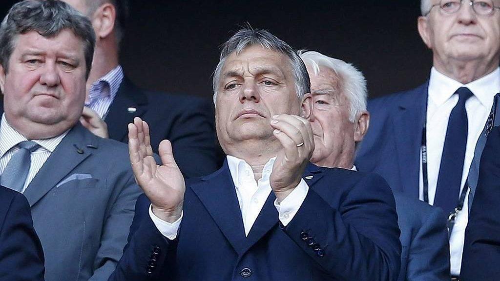 Lyon, 2016. június 22.Orbán Viktor miniszterelnök (k) a franciaországi labdarúgó Európa-bajnokság F csoportja harmadik fordulójának Magyarország – Portugália mérkőzése kezdetén a lyoni stadionban 2016. június 22-én. (MTI/EPA/Jurij Kocsetkov)