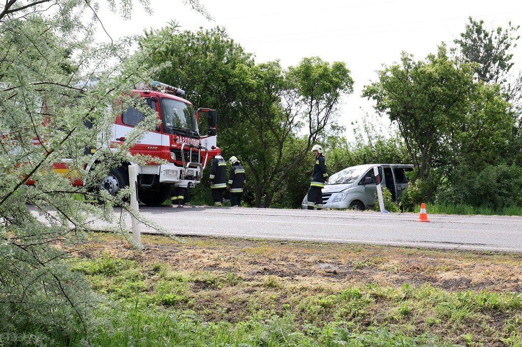 Kenderes, 2017. május 2. Sérült mikrobusz az árokban a 4-es fõút mellett Kenderes külterületén, miután egy kamionnal ütközött  2017. május 2-án. A balesetben egy két és fél éves gyermek életét vesztette. MTI Fotó: Mészáros János
