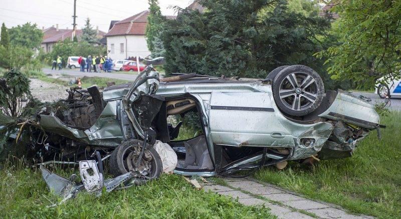 Hévízgyörk, 2017. május 14. Villanyoszlopnak ütközött, összeroncsolódott személygépkocsi Hévízgyörkön 2017. május 14-én. A balesetben két ember a helyszínen életét vesztette, az egyikük kirepült a jármûbõl. MTI Fotó: Lakatos Péter