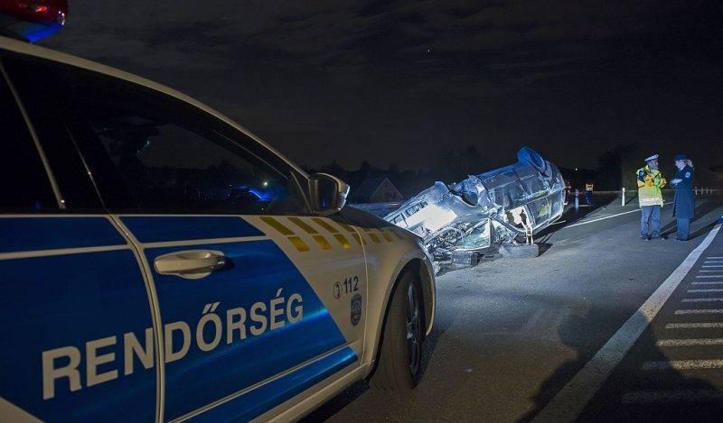 Mogyoród, 2017. május 12. Összetört, felborult személygépkocsi az M3-as autópályáról Szadára vezetõ lehajtónál, Mogyoród közelében 2017. május 12-én. A balesetben egy utas kiesett a jármûbõl és a helyszínen életét vesztette. A gépkocsi vezetõje az elsõ információk szerint könnyebben sérült meg. MTI Fotó: Lakatos Péter