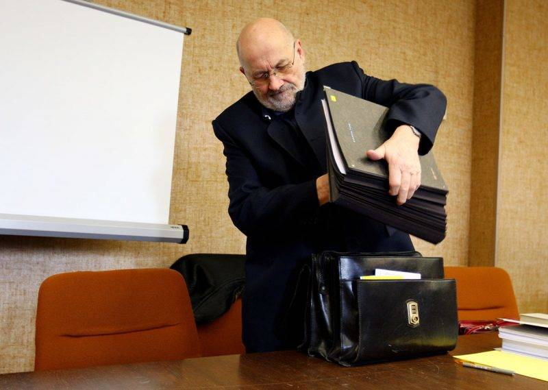 MUNICH, GERMANY - JANUARY 12:  Right-wing extremist Horst Mahler puts documents onto a desk prior to his trial at the country court on January 12, 2009 in Munich, Germany. Mahler is accused of sedition.  (Photo by Miguel Villagran/Getty Images)