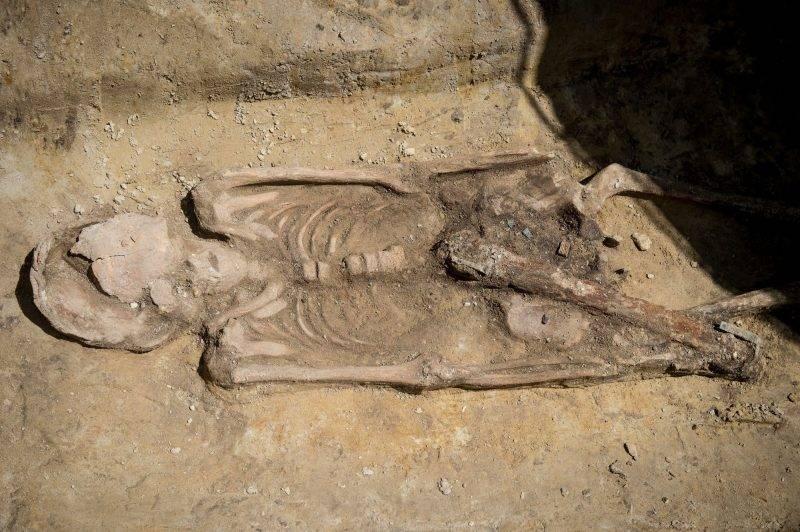 Kecskemét, 2017. május 25. A kecskeméti Mercedes gyár bõvítését megelõzõ régészeti munkálatok során feltárt, az 5. század elsõ felébõl származó, módos, fegyveres férfi sírja 2017. május 25-én. A sírban egy díszes, ezüstveretes hüvelyben lévõ kardot, öntött aranylábbeli csatokat és egy kerámiakorsót találtak. A régészek a terület hét lelõhelyén szarmata és avar kori települések maradványait tárták fel. Országszerte szakmai elõadásokkal és családi programokkal várják az érdeklõdõket május 26-án és 27-én a régészet napja rendezvénysorozaton. MTI Fotó: Ujvári Sándor