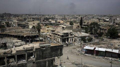 Moszul, 2017. május 5. Az iraki kormányerõk által az Iszlám Állam dzsihadista terrorszervezettõl visszafoglalt egyik moszuli negyed 2017. május 5-én. (MTI/AP/Bram Janssen)
