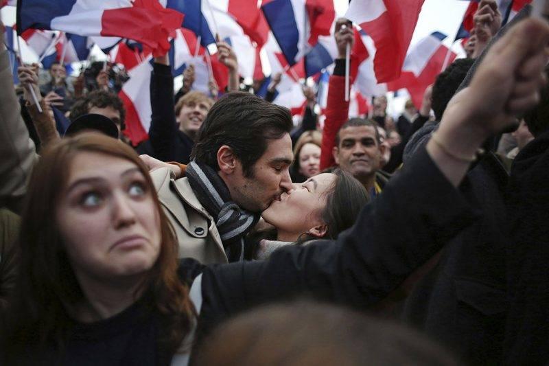 Párizs, 2017. május 7.Emmanuel Macron volt szocialista gazdasági miniszter támogatói Párizsban 2017. május 7-én, miután a politikus győzött a francia elnökválasztás második fordulójában. (MTI/AP/Thibault Camus)
