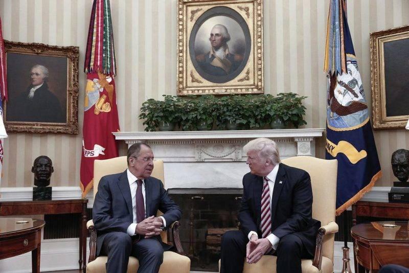 Washington, 2017. május 10.Donald Trump amerikai elnök (j) és Szergej Lavrov orosz külügyminiszter megbeszélést folytat a washingtoni Fehér Házban 2017. május 10-én. (MTI/AP/Orosz külügyminisztérium)