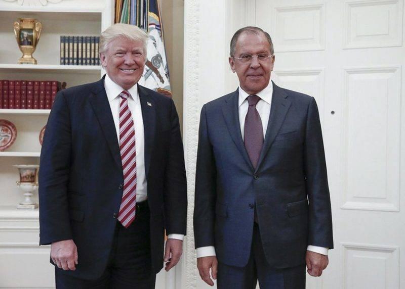 Washington, 2017. május 10.Donald Trump amerikai elnök (b) fogadja Szergej Lavrov orosz külügyminisztert a washingtoni Fehér Házban 2017. május 10-én. (MTI/AP/Orosz külügyminisztérium)