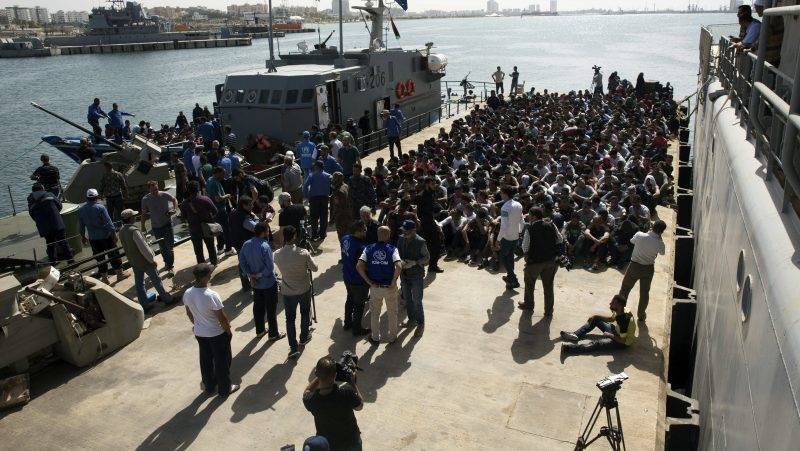 Tripoli, 2017. május 11. Migránsok érkeznek az Abosetta tengerészeti bázisra a líbiai parti õrség hajóján Tripoliban 2017. május 10-én. A parti õrség egy csaknem ötszáz migránst szállító hajót fogott el Tripolitól harminc kilométerre, amint a Sea-Watch nevû nemzetközi civil mentõszervezet hajója éppen a fedélzetére akarta venni a bevándorlókat, hogy Európába szállítsa õket. (MTI/AP/Mohamed Ben Khalifa)