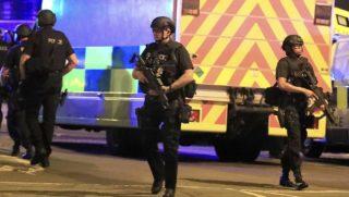 Manchester, 2017. május 23.Rendőrök a Manchester Arena előtt 2017. május 22-én, miután az este, Ariana Grande amerikai énekesnő koncertjének végén robbanás történt a manchesteri rendezvényközpont bejárati csarnokában. Tizenkilenc ember életét vesztette, mintegy ötven megsebesült. (MTI/AP/PA/Peter Byrne)