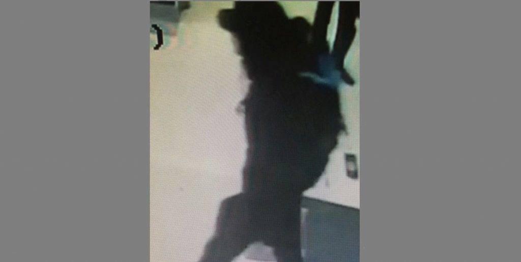 Manchester, 2017. május 25. A Sky News brit hírtelevízió által közreadott kép egy biztonsági kamera felvételérõl, amelyen egy férfi látható, kék hátizsákkal, rajta lógó árcédulával a manchesteri Arndale bevásárlóközpontban 2017. május 19-én. Május 22-én, Ariana Grande amerikai énekesnõ koncertjének végén öngyilkos merénylõ pokolgépet robbantott a Manchester Arena nevû rendezvényközpontban. Huszonkét ember életét vesztette, ötvenkilenc megsebesült.  (MTI/AP/Sky News)
