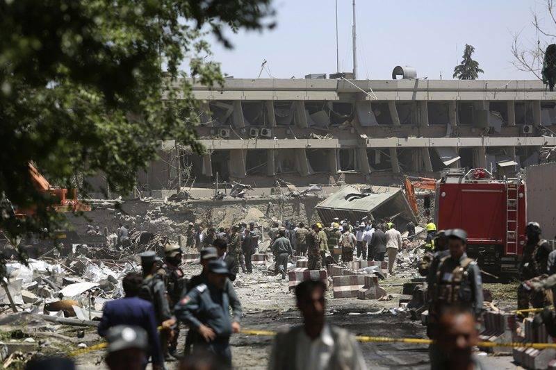 Kabul, 2017. május 31.Az afgán biztonsági erők a főváros, Kabul diplomáciai negyedénél, ahol tartálykocsit robbantottak fel 2017. május 31-én. A támadásban legkevesebb nyolcvanan életüket vesztették, a sebesültek száma meghaladja a háromszázötvenet. (MTI/AP/Rahmat Gul)