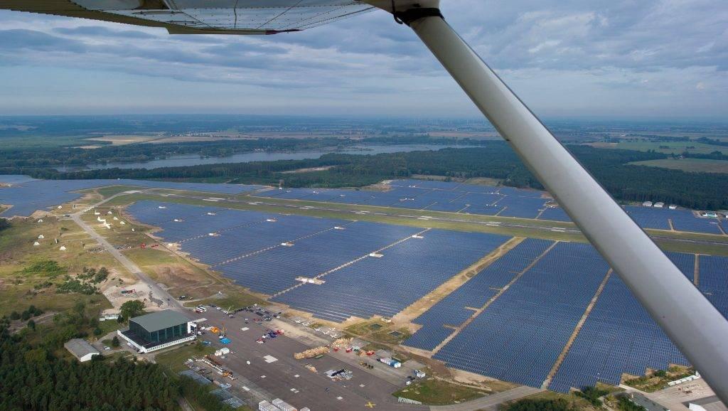 Neuhardenberg, 2012. október 3. Légi felvétel Németország legnagyobb napelemes parkjáról Neuhardenbergben 2012. október 3-án. Az ezen a napon hivatalosan megnyitott park közel 200 millió eurós beruházással épült. (MTI/EPA/Patrick Pleul)