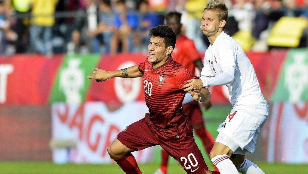 Penafiel, 2015. október 9. Forgács Dávid és a portugál Rony Lopes (b) a 21 év alattiak labdarúgó Európa-bajnokság selejtezõi 4. csoportjának második fordulójában a portugáliai Penafiel Április 25. Városi Stadionjában 2015. október 9-én. (MTI/EPA/Octavio Passos)