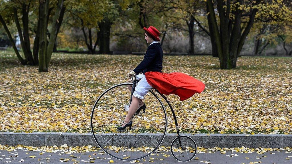 Prága, 2016. november 6.A klasszikus kerékpárok felvonulásának egyik résztvevője Prágában 2016. november 5-én. (MTI/EPA/Filip Singer)