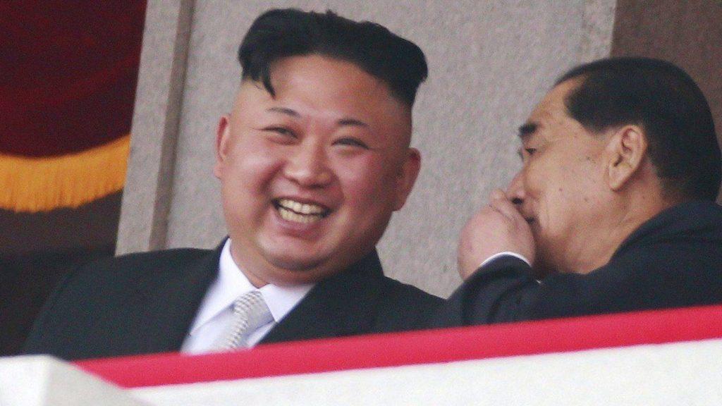 Phenjan, 2017. április 15. Kim Dzsong Un elsõszámú észak-koreai vezetõ, a Koreai Munkapárt elsõ titkára (b) és Pak Pong Csu miniszterelnök a Kim nagyapja, a kommunista Észak-Koreát megalapító Kim Ir Szen születése 105. évfordulójának alkalmából rendezett phenjani katonai díszszemlén 2017. április 15-én. (MTI/EPA/Hou Hvi Jung)