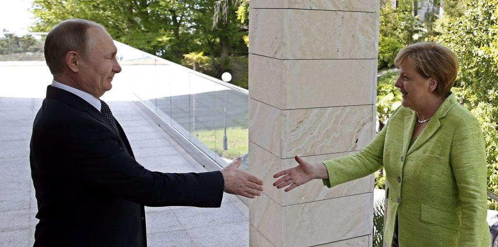 Szocsi, 2017. május 2. Vlagyimir Putyin orosz elnök (b) fogadja a megbeszélésükre érkezõ Angela Merkel német kancellárt a dél-oroszországi Szocsiban 2017. május 2-án. (MTI/EPA pool/Jurij Kocsetkov)