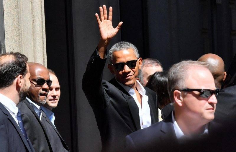 Milánó, 2017. május 8. Barack Obama, az Egyesült Államok volt elnöke (k) köszönti a milánói szállása elõtt összegyûlt tömeget 2017. május 8-án. Obama a május 9-i The Global Food Innovation Summit konferencia díszvendégeként tart majd elõadást. (MTI/EPA/Daniel Dal Zennaro)